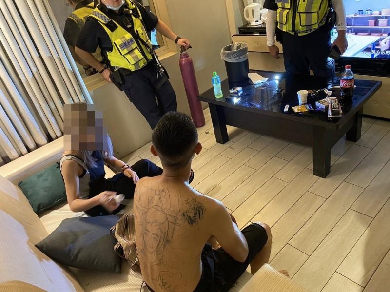 警方查緝吸食笑氣男女。(記者許倬勛翻攝)