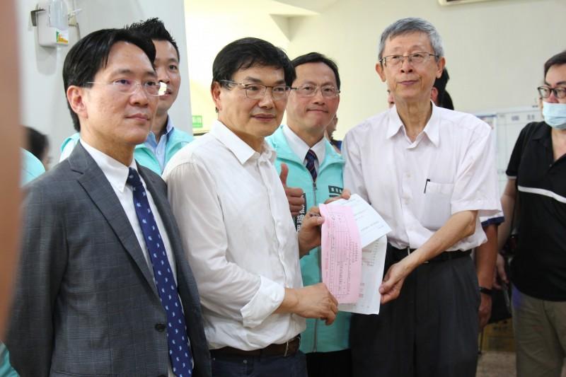 吳益政(左2)已登記參選高雄市長補選。(資料照)