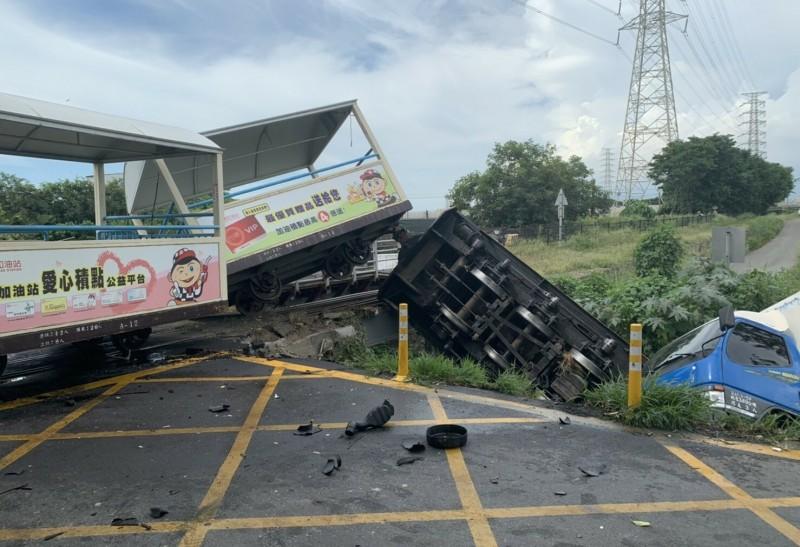 溪湖糖廠小火車發生遭撞意外,車頭跟肇事小貨車雙雙翻落一旁東螺溪。(記者陳冠備翻攝)