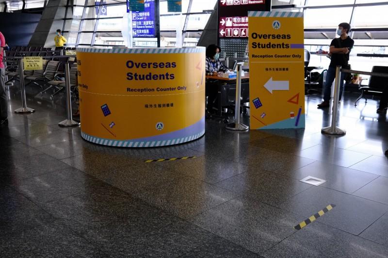 首批境外生今天入境,教育部啟用桃園機場第一航廈境外生單一報到櫃檯。(教育部提供)