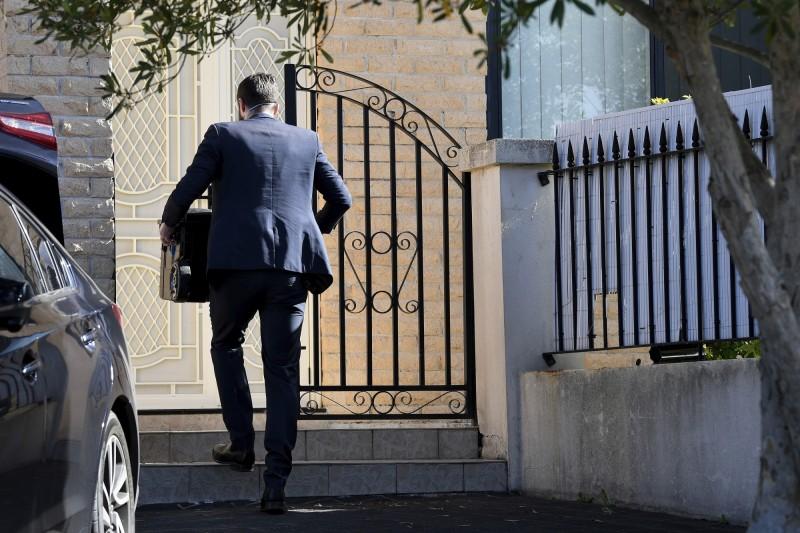 澳洲政府情報調查人員26日進入新南威爾斯州議員莫索曼家中搜查。(美聯社)