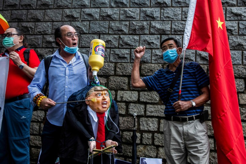 香港親中人士近來多次前往美國駐港總領事館外,拿著美國總統川普的肖像,抗議美方干預香港事務。(法新社檔案照)