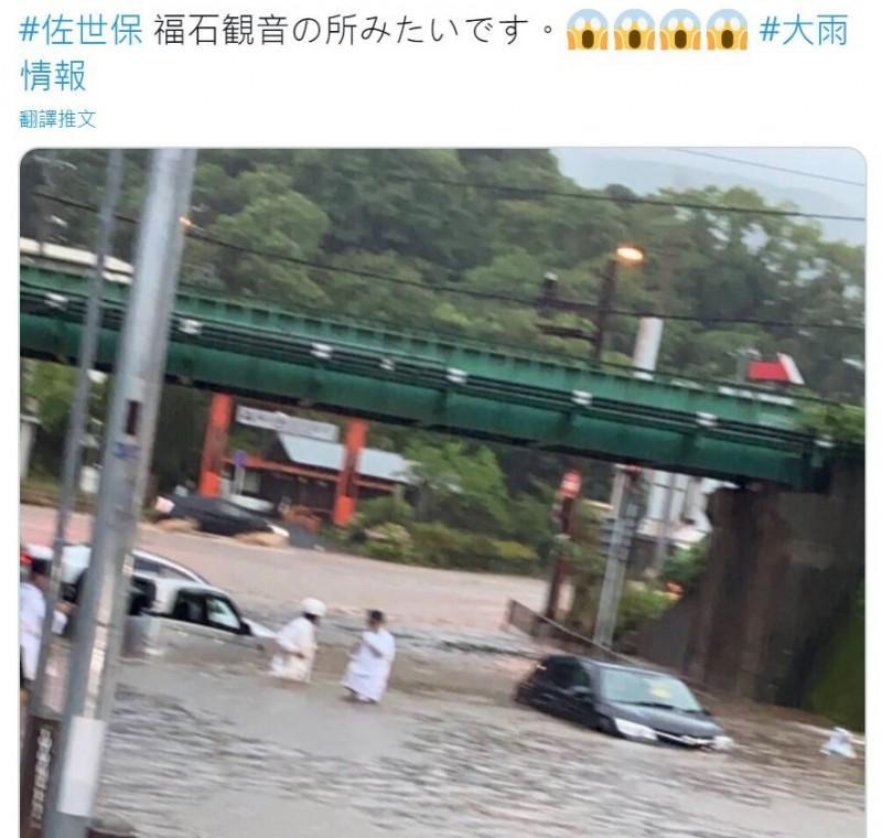 推特網友拍下日本九州長崎縣佐世保市路面淹水的慘狀。(圖擷自推特)
