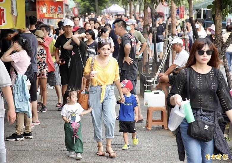 昨日是連假第一天,白天雖然炎熱,大批民眾仍開心出遊,(資料照)