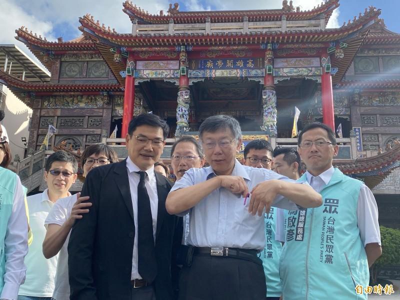 柯文哲推薦吳益政(左)參選高雄市長,稱「3個候選人中,他是最好的」。(記者黃旭磊攝)