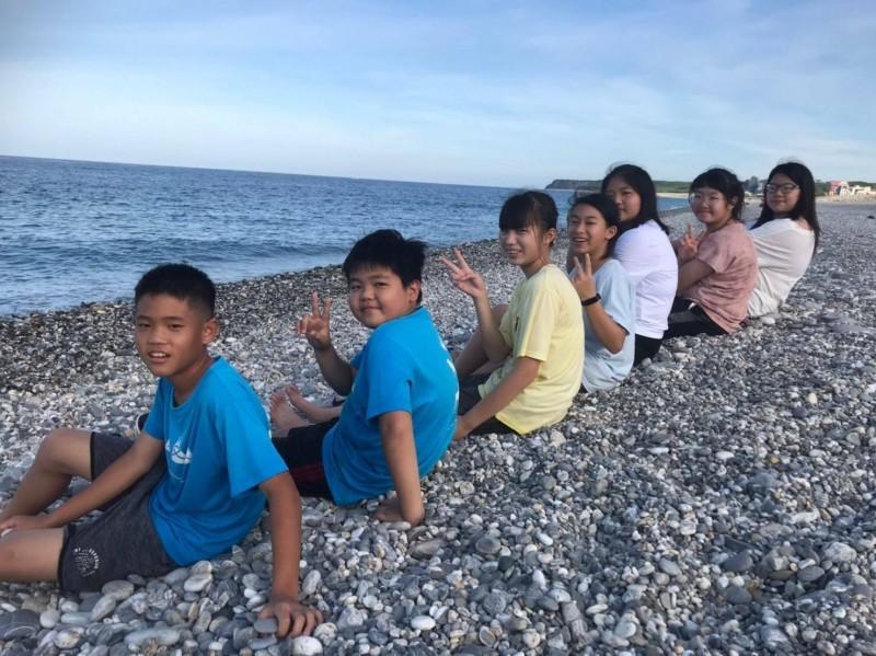 彰化文德國小舉辦第2次畢業旅行,全班同學在海邊留下合影。(文德國小提供)