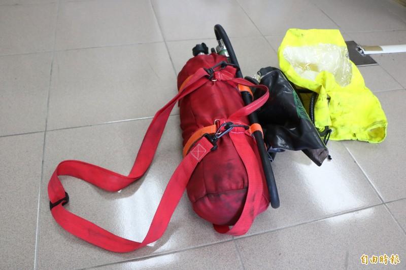 南市消防局第五救災救護大隊大橋特搜分隊隊員蔡俊鴻親手縫製氣瓶背帶,結合共生面罩、調節器,研發救援用共生面罩氣瓶組。(記者萬于甄攝)