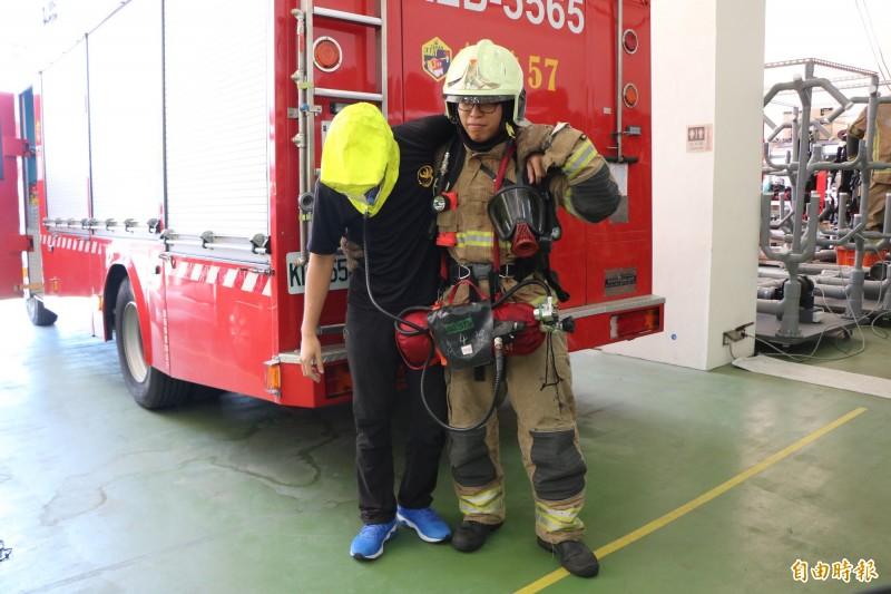 共生面罩獨立氣瓶不僅讓待救者可安全脫困,也降低消防人員的救災風險。(記者萬于甄攝)