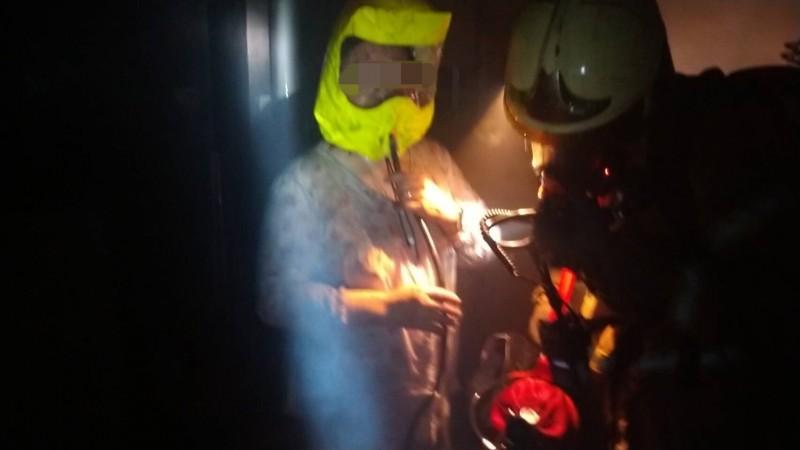 台南永康日前發生民宅火警,消防人員就利用救援用共生面罩氣瓶組,安全救出3樓的受困者。(記者萬于甄翻攝)