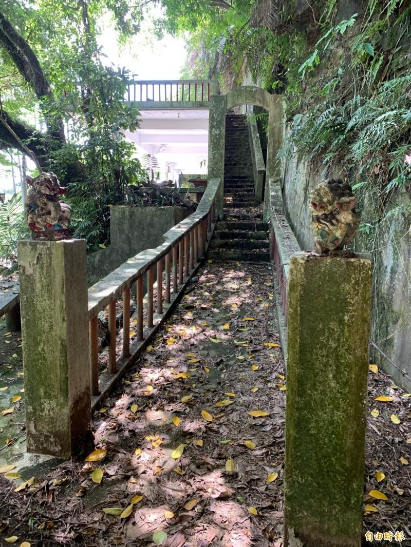 基隆市中正公園內的天鵝洞,曾經有「台灣第一文學步道」的美名。(記者林欣漢攝)