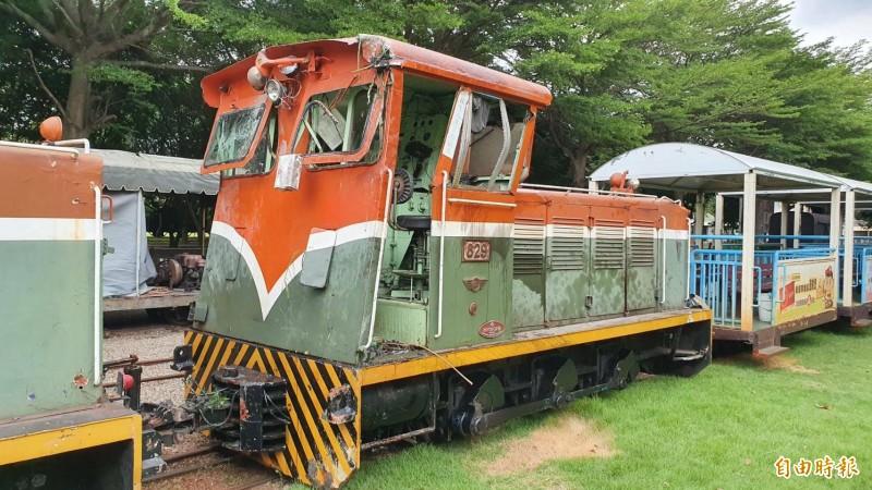 被撞火車頭拖回糖廠修理,改由輪替火車頭託運復駛。(記者陳冠備攝)