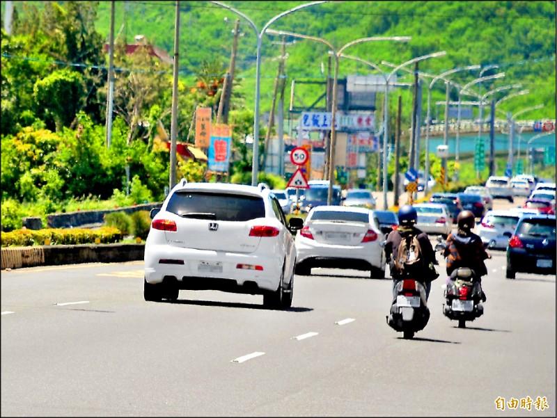 恆春半島每年觀光人潮逾五百萬人次,交通仰賴省道台一線。(記者侯承旭攝)