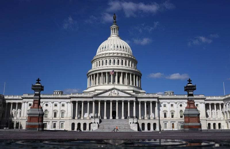 美國國會兩院議員26日聯合推出《台灣研究獎學金法案》,仿效美國與日本之間的《曼斯菲爾德研究獎學金計畫》,資助美國政府官員到台灣中央或民間學習,藉此深化美台合作,加強美台戰略夥伴關係。圖為美國國會山莊。(法新社資料照)