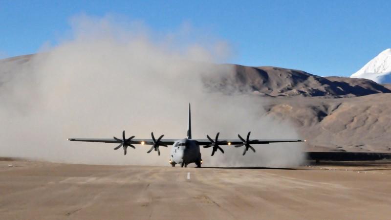 在中國軍隊朝印度斗拉特別奧里地機場東南方30公里處增派兵力後,印度隨即調軍增援,消息人士指稱,印度目前已部署超過3萬6000人,圖為斗拉特別奧里地機場。(法新社)