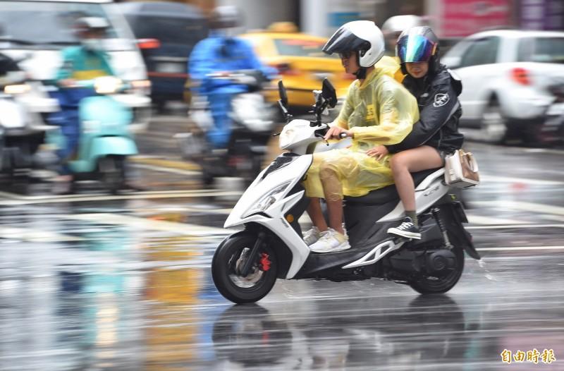 中央氣象局預報員陳建安提醒,今各地可能出現午後雷陣雨。圖為台北昨天午後大雨。 (資料照)