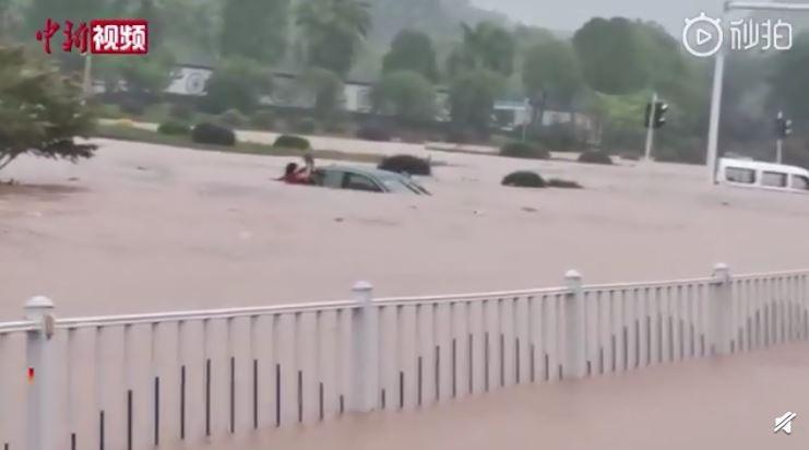 宜昌市氣象台今日上午發布的暴雨紅色預警信號,西陵區、長陽東部已出現60毫米以上降水,導致城區部份路段積水嚴重,交通要道堵塞。(圖擷取自微博)