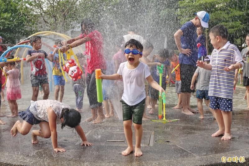 明天(28日)天氣與今天類似,各地大致呈現高溫炎熱,高溫普遍落在33度以上。(記者劉信德攝)