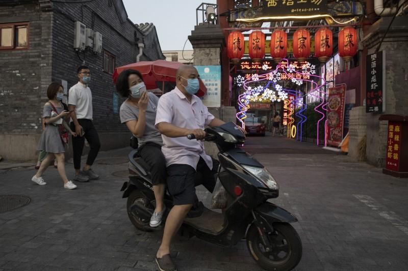 中國北京新發地批發市場疫情再延燒,15日累計病例近300例。(美聯社)