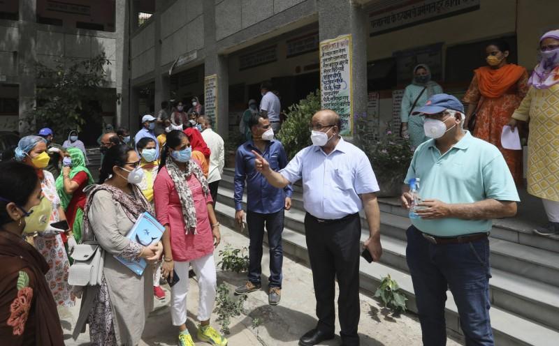 印度今天新增1萬8552人確診、384死,武漢肺炎確診數衝破50萬。(美聯)
