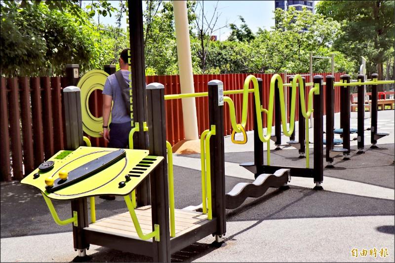 錦和公園引進歐洲體健設施,並安排運動指導員、佈老志工免費指導。(記者周湘芸攝)