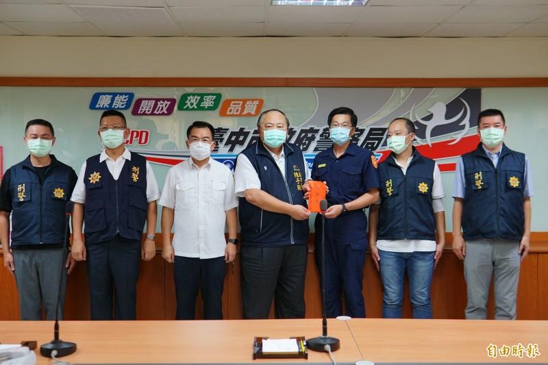 台中市副市長陳子敬(右4)到警二分局頒發破案獎金10萬元。(記者何宗翰攝)