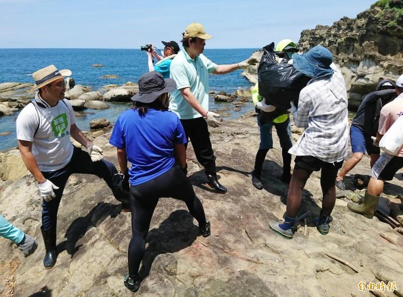 八斗子海豹岩淨灘,基隆市長林右昌(中)也到場參與。(記者林欣漢攝)