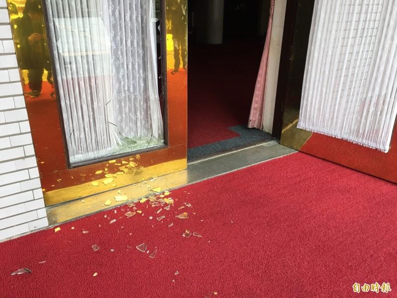 國民黨立委打破議場大門玻璃破門。(記者林良昇攝)