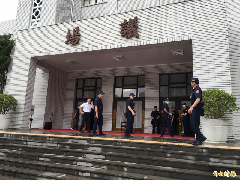 警方到議場門口預備。(記者林良昇攝)