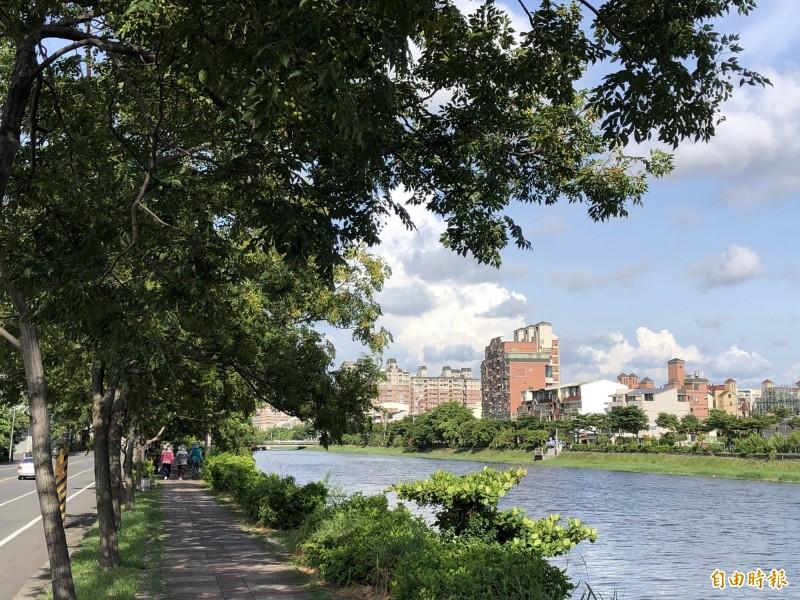 台灣山海圳綠道散步為當地居民早晚散步乘涼的好地方。(記者蔡文居攝)