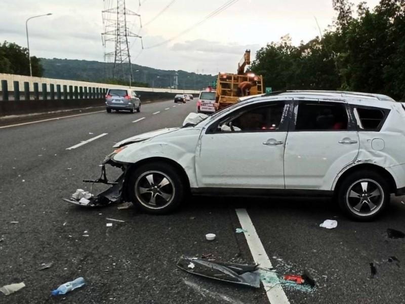 國道3號南投縣竹山路段發生自撞車禍,白色休旅車零件散落一地。(記者謝介裕翻攝)