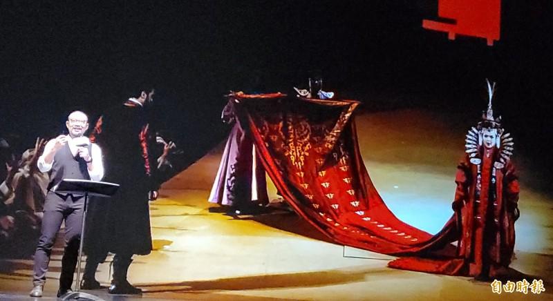 藝術總監簡文彬以《杜蘭朵》中公主徹夜未眠橋段象徵重生,宣告五十一檔節目從充滿希望、熱血、愛的跨國旗艦共製普契尼歌劇《杜蘭朵》出發。(記者陳文嬋攝)