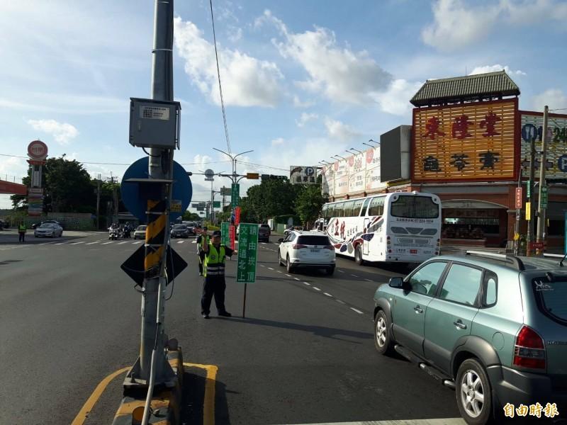 警方今年加強紓導,將車分流至北上兩公里的崁頂交流道。(記者陳彥廷攝)