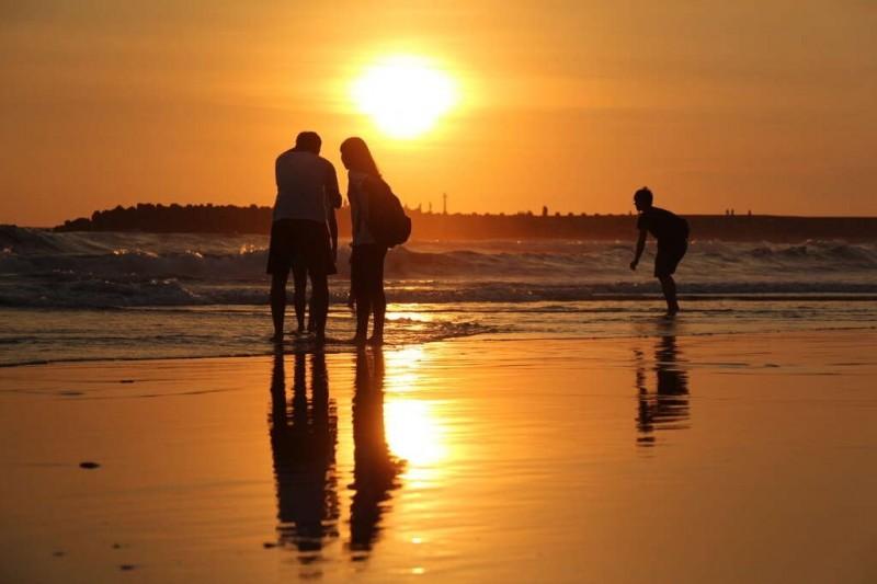 台南漁光島是知名的夕陽景點,不少遊客假日都會湧入沙灘感受迷人的夕色。(資料照,台南市政府觀光旅遊局提供)