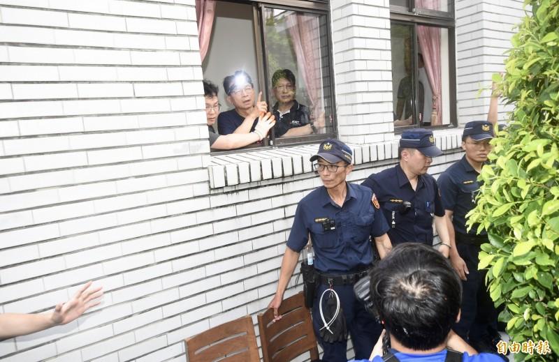 立法院國民黨團今突襲佔領議場抗議監委人事案,一度要求放記者入內,與在議場外包圍員警爆發爭執。(記者羅沛德攝)