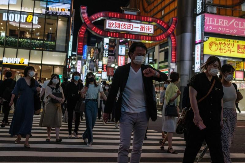 日本疫情復燃?日本的東京都武漢肺炎(新型冠狀病毒病,COVID-19)確診人數連日來皆突破50人大關,今天(28日)更新增60人確診,接連突破日本解除緊急事態宣言後的新增確診紀錄,解除至今已6114人確診。(法新社)