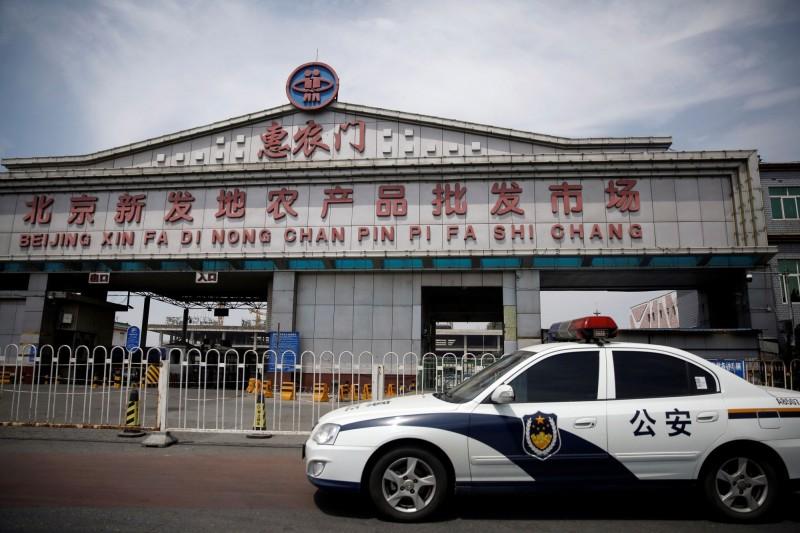 由於安新縣民在北京新發地市場經營水產買賣者多達2100人以上,安新縣即日起實施「全封閉管理」。(路透)