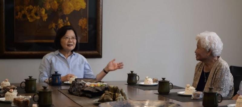蔡英文在臉書指出,今年端午連假邀請貢寮阿嬤到官邸作客。(圖取自小英臉書)