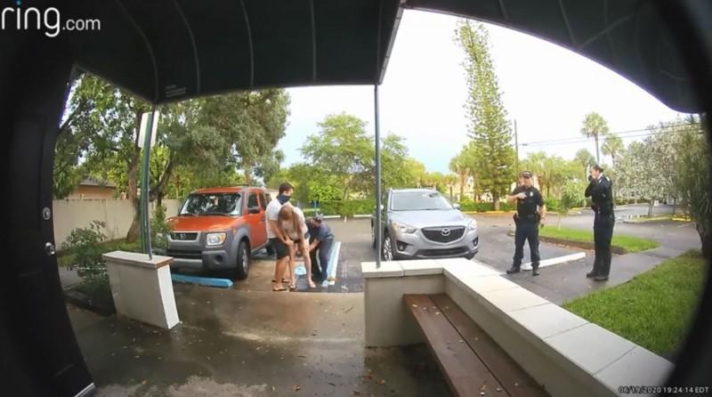 美國佛州1名產婦來不及進產房,直接在生產中心門口站著生小孩。(圖取自Natural Birthworks/Ring Video)