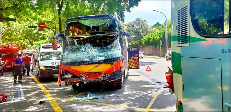 陽明山湖山路處發生一起嚴重車禍,一台遊覽車及客運相撞,造成24人受傷。(記者鄭景議翻攝)