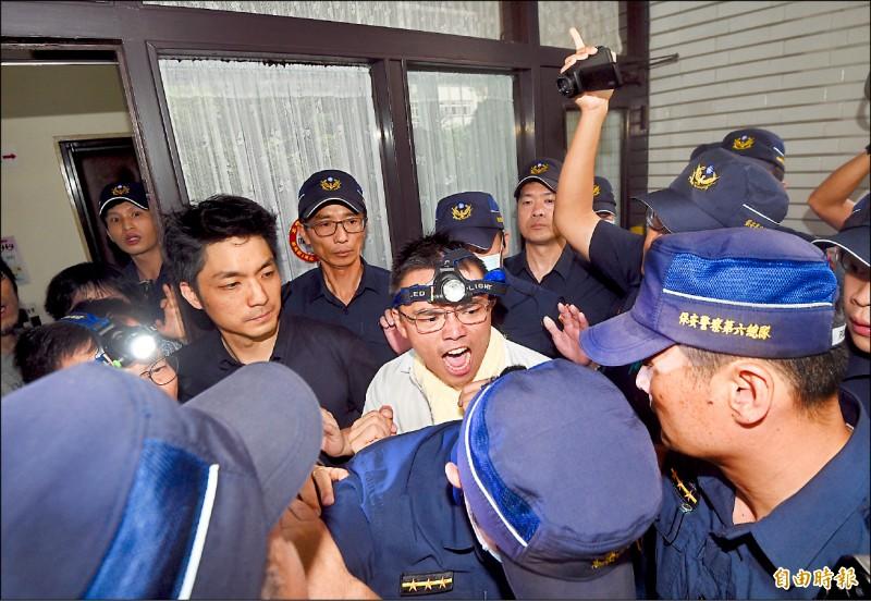 立法院即將召開臨時會處理監委人事同意權等案,國民黨立委昨天下午突襲佔領議場,並與警方爆發衝突。 (記者羅沛德攝)