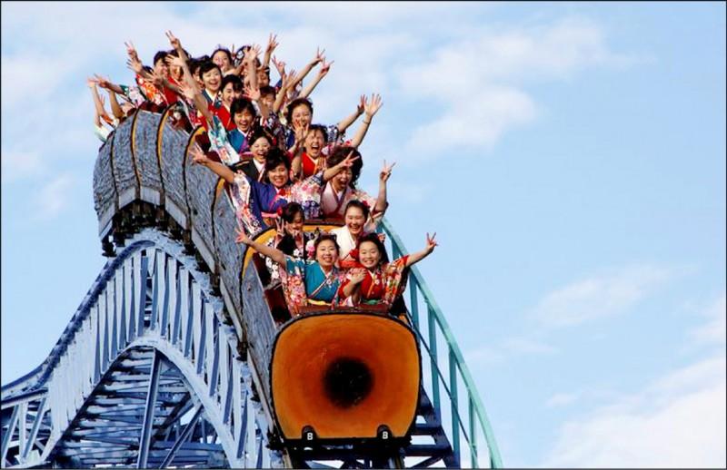 日本「緊急事態宣言」5月間已全面解除,但有遊樂園業者仍強調防疫的重要性,呼籲民眾搭乘雲霄飛車時不要尖叫。(路透檔案照)
