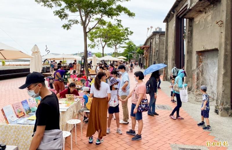 端午連假高雄各文化景點湧現大批遊客,駁二藝術特區湧入逾5萬參觀人次。(記者蘇福男攝)