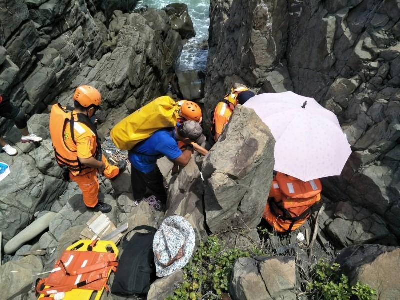 阿朗壹古道傳意外,婦人失足墜落緊急揹回治療。(記者蔡宗憲翻攝)