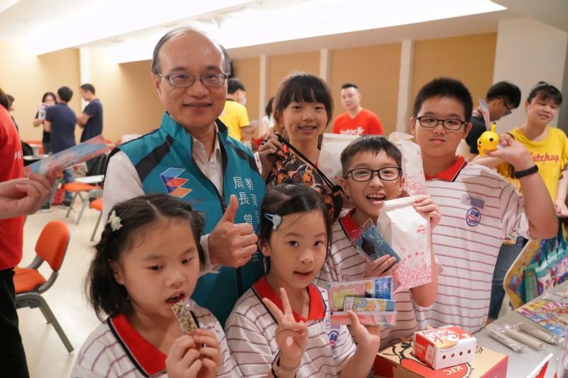 台北市教育局今年暑假以「有感商店」以「快樂Fun暑假」為題,邀請北市優質店家推出超值特惠商品。(教育局提供)
