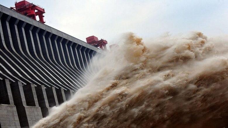 三峽大壩緊急洩洪救大壩,中國官方卻聲稱是「發電」。(法新社資料照)