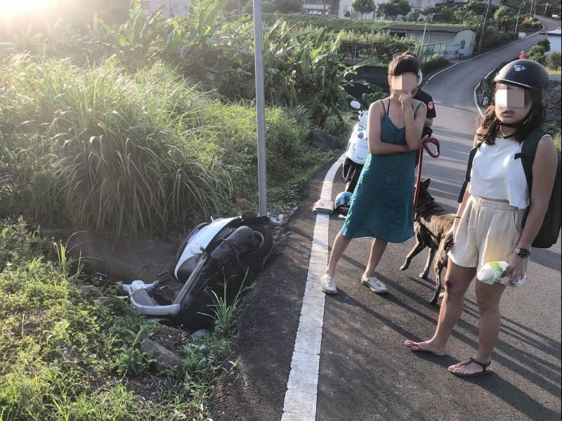 警消到場後兩人一狗已經自行上岸。(記者鄭景議翻攝)