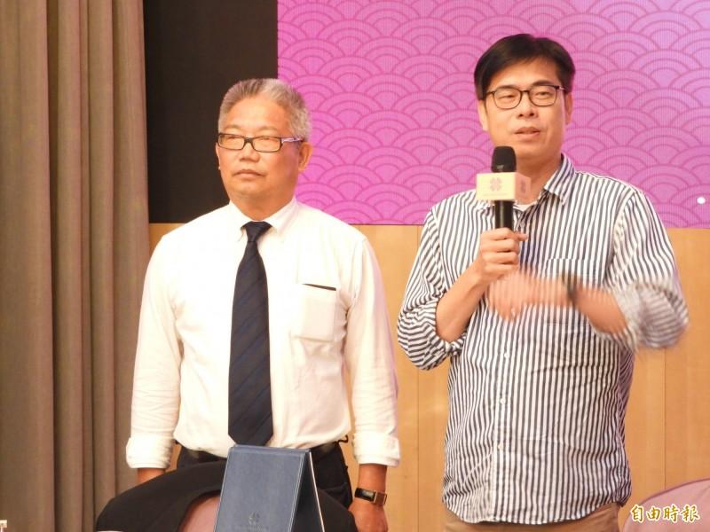 參選高雄市長的陳其邁(見圖右)今晚被問到唱歌,他幽了自己一默說: 「我是被政壇耽誤的歌手!」(記者葛祐豪攝)