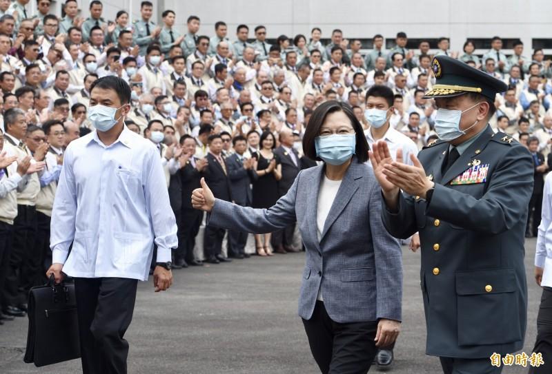 總統蔡英文(中)29日出席後備指揮部支援口罩增產有功人員表揚典禮,感謝幕後英雄的付出。(記者羅沛德攝)