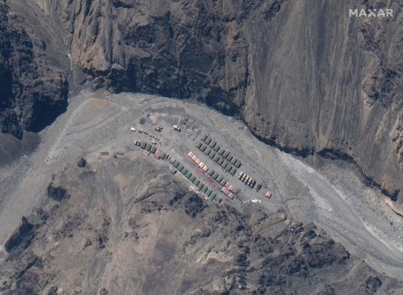 中印邊境糾紛至今未解,陸媒披露,端午節假期間,西藏軍區一名中將帶隊巡邏邊境,香港明報今天引述印媒表示,印度拒絕中國對加萬谷(Galwan Valley)的主權聲索要求。圖為美國衛星公司拍攝的畫面,顯示中印邊界的加萬谷(Galwan Valley)駐紮大批解放軍。(法新社)