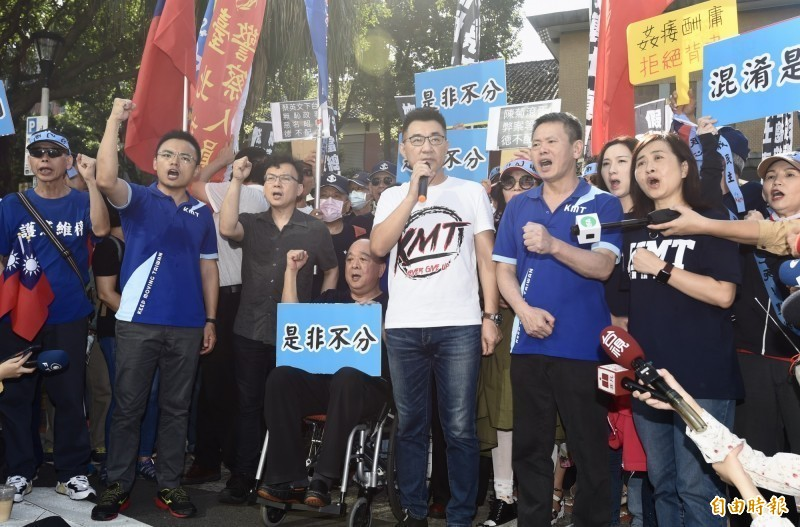 國民黨立委突襲佔領立法院議場,不到1天就被清場,陳芳明評論說:「國民黨老了,江啟臣(中,白上衣者)只一個晚上就變得更老。」(記者簡榮豐攝)